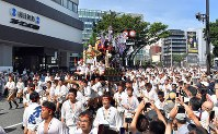 A Hakata Gion Yamakasa festival float is paraded through the central district of Fukuoka's Chuo Ward on July 13, 2018. (Mainichi)