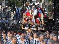 A Hakata Gion Yamakasa festival float is paraded through the central district of Fukuoka's Hakata Ward on July 13, 2018. (Mainichi)