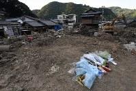 土砂崩れにより亡くなった横田真美さん、息子の海翔さん、祖母の数枝さんが発見された自宅跡に手向けられた花束=愛媛県宇和島市で2018年7月13日午後6時42分、山崎一輝撮影
