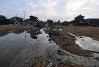 豪雨から1週間。土砂や水が残る真備町地区=岡山県倉敷市真備町地区で2018年7月13日午前6時38分、猪飼健史撮影