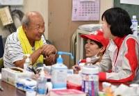避難所で医師らに健康状態を相談する男性=岡山県倉敷市真備町地区で2018年7月13日午後2時14分、猪飼健史撮影