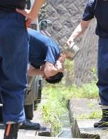 気温が上昇、活動の合間にわき水を浴びる救助隊員=広島県坂町で2018年7月13日午後0時40分、三村政司撮影