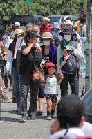 土石流発生の危険があるとして避難指示(緊急)が発令、避難所に向かう人たち=広島県呉市天応大浜で2018年7月13日午後1時49分、三村政司撮影