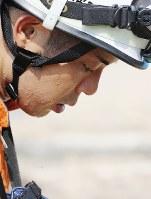 照りつける太陽の下、汗を吹き出しながら作業する消防隊員=広島県熊野町で2018年7月13日午後3時51分、小川昌宏撮影