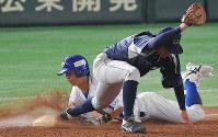 【春日井市(王子)-太田市(スバル)】五回表春日井市1死、豊住が三塁線へのバントで一塁に滑り込むがアウト(一塁手・岩元)=東京ドームで2018年7月14日、山田尚弘撮影