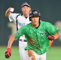 【広島市(JR西日本)-札幌市(JR北海道クラブ)】五回表札幌市2死一塁、打者・中浦の時、一塁走者・山本が飛び出し、一、二塁間で挟殺(野手・田中友)=東京ドームで2018年7月14日、山田尚弘撮影
