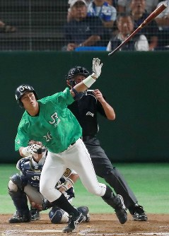 【広島市(JR西日本)-札幌市(JR北海道クラブ)】九回表札幌市1死一、三塁、代打・斉藤が同点の3点本塁打を放つ=東京ドームで2018年7月14日、玉城達郎撮影