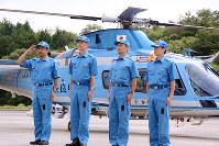 西日本豪雨被災地から戻った奈良県警警察航空隊の隊員ら=奈良市矢田原町で、数野智史撮影