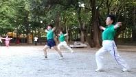 さまざまな運動を取り入れて楽しむ井草森公園ラジオ体操会の人たち=東京都杉並区で