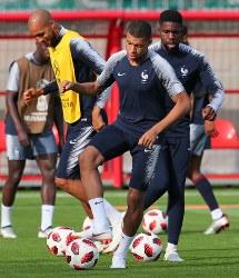 クロアチアとの決勝戦に向けて調整するフランスのエムバペ(中央)ら選手たち=ロシア・モスクワで2018年7月14日、長谷川直亮撮影