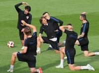 フランスとの決勝戦に向けて調整するクロアチアのモドリッチ(中央)ら選手たち=ロシア・モスクワで2018年7月14日、長谷川直亮撮影
