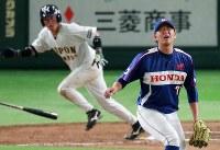 【さいたま市(日本通運)-大津町(ホンダ熊本)】八回表さいたま市1死二、三塁、稲垣(左)に勝ち越しの中前適時打を許し、顔をしかめる大津町の先発・荒西=東京ドームで2018年7月15日、玉城達郎撮影