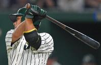 【東京都(JR東日本)-大垣市(西濃運輸)】一回裏東京都1死三塁、松本が右中間に先制の適時二塁打を放つ=東京ドームで2018年7月15日、山田尚弘撮影