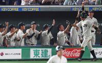 【JR東日本(東京都)-西濃運輸(大垣市)】一回裏JR東日本1死三塁、松本の適時二塁打で生還した小室(右手前)を迎える選手たち=東京ドームで2018年7月15日、渡部直樹撮影