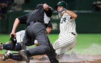【JR東日本(東京都)-西濃運輸(大垣市)】二回裏JR東日本2死一、二塁、東條の右前打で長谷川(右)が本塁を突くもタッチアウト=東京ドームで2018年7月15日、玉城達郎撮影