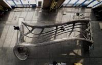 上部から見た橋の主要部分。流れるようなデザインが特徴だ。架設時には底板が取りつけられる=MX3D提供