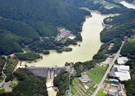 豪雨の後、濁った水を蓄えた野村ダム=愛媛県西予市で2018年7月12日、本社ヘリから加古信志撮影