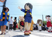 新装の水木しげるロードを練り歩く鬼太郎などの着ぐるみ=鳥取県境港市で、横井信洋撮影
