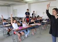 南米語学学習教室で、アルファベットの「O」を指で書く練習をするブラジル人の児童生徒ら=滋賀県湖南市西峰町で