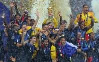 【フランス―クロアチア】クロアチアに勝利して優勝し、トロフィーを掲げて喜ぶフランスのロリス(中央奥)ら選手たち=ロシア・モスクワのルジニキ競技場で2018年7月15日、長谷川直亮撮影