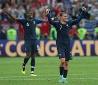 【フランス―クロアチア】クロアチアに勝利して優勝を決めて歓喜するフランスのグリーズマン(右)とポグバ=ロシア・モスクワのルジニキ競技場で2018年7月15日、長谷川直亮撮影
