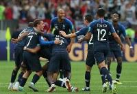 【フランス―クロアチア】クロアチアに勝利して優勝を決め、歓喜するフランスの選手たち=ロシア・モスクワのルジニキ競技場で2018年7月15日、長谷川直亮撮影