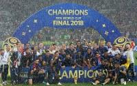 【フランス―クロアチア】ワールドカップで優勝し、笑顔で記念写真に納まるフランスの選手たち=ロシア・モスクワのルジニキ競技場で2018年7月15日、長谷川直亮撮影