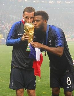 【フランス―クロアチア】ワールドカップで優勝し、ジュールリメ杯にキスをするフランスのグリーズマン(左)とルマール=ロシア・モスクワのルジニキ競技場で2018年7月15日、長谷川直亮撮影