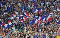 【フランス―クロアチア】フランスが優勝し、喜ぶサポーター=ロシア・モスクワのルジニキ競技場で2018年7月15日、長谷川直亮撮影