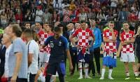 【フランス―クロアチア】フランスに敗れて肩を落とすクロアチアのラキティッチ(右端)ら選手たち=ロシア・モスクワのルジニキ競技場で2018年7月15日、長谷川直亮撮影