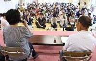 講演会で体験を語る、旧優生保護法訴訟の原告男性(右)とハンセン病元患者家族訴訟の原告女性(左)=東京都東村山市の国立ハンセン病療養所「多磨全生園」で2018年7月15日午後3時4分、丸山博撮影