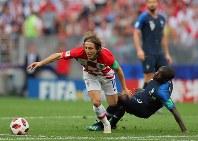 サッカーW杯ロシア大会決勝【フランス-クロアチア】前半、ボールを追うクロアチアのモドリッチ(左)とフランスのカンテ=ロシア・モスクワのルジニキ競技場で2018年7月15日、長谷川直亮撮影