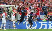 サッカーW杯ロシア大会決勝【フランス-クロアチア】前半、フランスのグリーズマンのFKからクロアチアのマンジュキッチ(中央右)がヘディングでオウンゴールしてフランス先制=ロシア・モスクワのルジニキ競技場で2018年7月15日、長谷川直亮撮影
