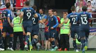 サッカーW杯ロシア大会決勝【フランス-クロアチア】前半、相手オウンゴールにつながるFKを蹴り、先制を喜ぶフランスのグリーズマン(中央)=ロシア・モスクワのルジニキ競技場で2018年7月15日、長谷川直亮撮影