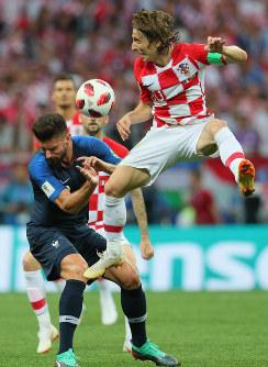 サッカーW杯ロシア大会決勝【フランス-クロアチア】前半、競り合うクロアチアのモドリッチ(右)とフランスのジルー=ロシア・モスクワのルジニキ競技場で2018年7月15日、長谷川直亮撮影