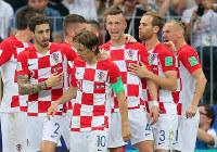 サッカーW杯ロシア大会決勝【フランス-クロアチア】前半、同点ゴールを決めてチームメートと喜び合うクロアチアのペリシッチ(中央)=ロシア・モスクワのルジニキ競技場で2018年7月15日、長谷川直亮撮影