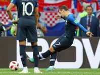 サッカーW杯ロシア大会決勝【フランス-クロアチア】前半、フランス2点目となるPKを決めるグリーズマン=ロシア・モスクワのルジニキ競技場で2018年7月15日、長谷川直亮撮影