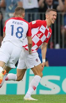 サッカーW杯ロシア大会決勝【フランス-クロアチア】前半、同点ゴールを決めて喜ぶクロアチアのペリシッチ(右)=ロシア・モスクワのルジニキ競技場で2018年7月15日、長谷川直亮撮影