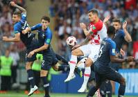 サッカーW杯ロシア大会決勝【フランス-クロアチア】前半、競り合う両国の選手たち。中央右はクロアチアのロブレン=ロシア・モスクワのルジニキ競技場で2018年7月15日、長谷川直亮撮影