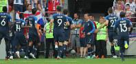 サッカーW杯ロシア大会決勝【フランス-クロアチア】前半、相手オウンゴールにつながるFKを蹴り、先制を仲間と喜ぶフランスのグリーズマン(奥の7番)=ロシア・モスクワのルジニキ競技場で2018年7月15日、長谷川直亮撮影