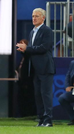 サッカーW杯ロシア大会決勝【フランス-クロアチア】後半、戦況を見つめるフランスのデシャン監督=ロシア・モスクワのルジニキ競技場で2018年7月15日、長谷川直亮撮影