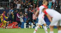 サッカーW杯ロシア大会決勝【フランス-クロアチア】後半、フランス3点目のゴールを決めて喜ぶフランスのポグバ(奥右から2人目、6番)。手前は肩を落とすクロアチアの選手ら=ロシア・モスクワのルジニキ競技場で2018年7月15日、長谷川直亮撮影