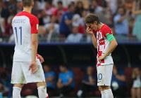サッカーW杯ロシア大会決勝【フランス-クロアチア】後半、フランスにリードを広げられて肩を落とすクロアチアのモドリッチ(右)=ロシア・モスクワのルジニキ競技場で2018年7月15日、長谷川直亮撮影