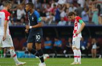 サッカーW杯ロシア大会決勝【フランス-クロアチア】後半、エムバペ(中央)にフランス4点目のゴールを決められて肩を落とすクロアチアのモドリッチ(右)=ロシア・モスクワのルジニキ競技場で2018年7月15日、長谷川直亮撮影