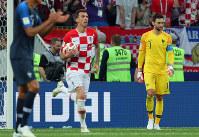 サッカーW杯ロシア大会決勝【フランス-クロアチア】後半、マンジュキッチ(中央)にクロアチア2点目のゴールを決められ肩を落とすフランスGKロリス(右)=ロシア・モスクワのルジニキ競技場で2018年7月15日、長谷川直亮撮影