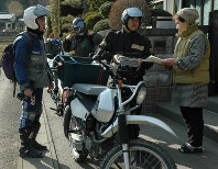 Relief workers visit a resident remaining at home in the wake of the Great East Japan Earthquake, in Ishinomaki, Miyagi Prefecture, in this April 1, 2011 file photo. (Mainichi)