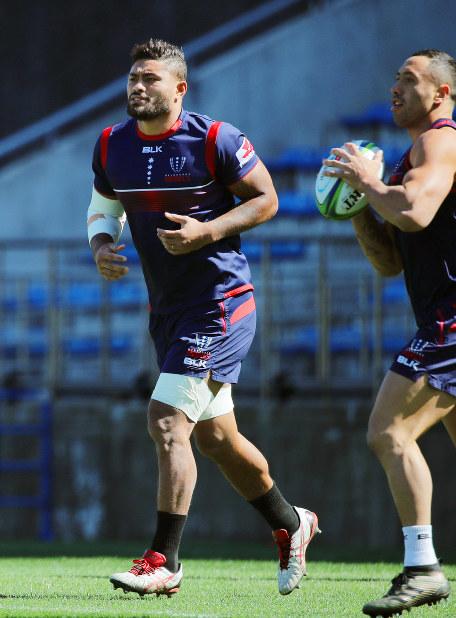 Amanaki Lelei Mafi (L) of the Melbourne Rebels practices at Prince Chichibu Memorial Rugby Ground in Tokyo on March 2, 2018, ahead of a Super Rugby match against the Sunwolves. (Kyodo)