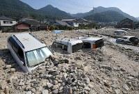 駐車場で土砂に埋まった乗用車=広島県呉市で17日午前8時51分、木葉健二撮影