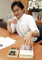 蔵書について語る国民民主党共同代表の玉木雄一郎氏=東京都千代田区で2018年7月10日、玉城達郎撮影