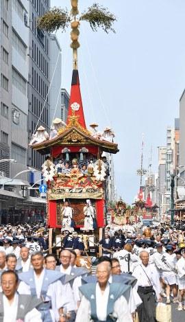 長刀鉾(手前)を先頭に四条通を進む山鉾=京都市下京区で2018年7月17日午前9時4分、川平愛撮影